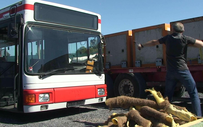 Beschuss einer Busscheibe mit Plexiglasstücken.