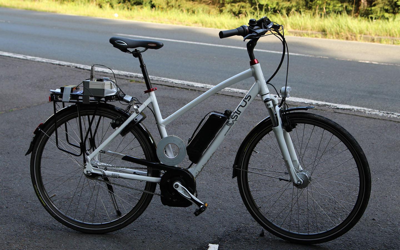 Fahrversuche mit einem E-Bike zur Untersuchung der Schwingungseigenschaften bei höheren Geschwindigkeiten.