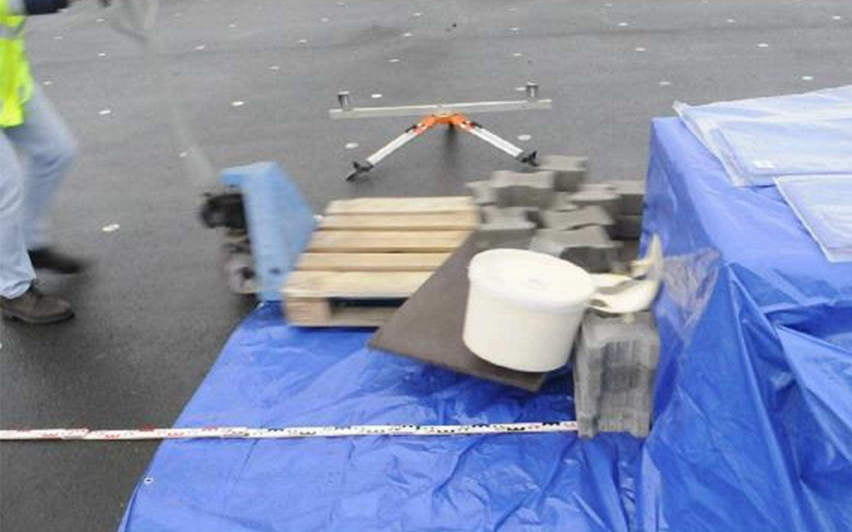 Bestimmung der Anprallgeschwindigkeit, bei der sich ein verschlossener Farbeimer öffnet.