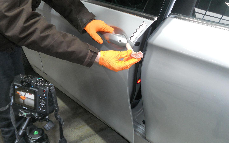 Nachstellung des Verletzungsbildes beim Einklemmen eines Fingers in einer Pkw-Tür.