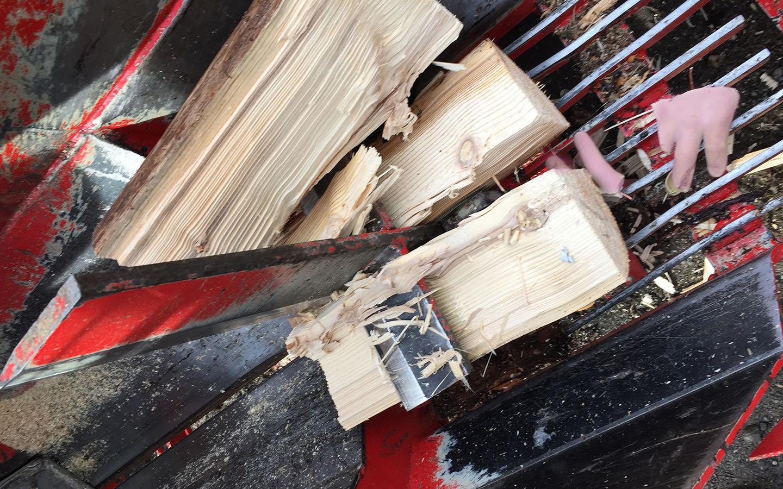 Nachstellung der Fingeramputation beim Fehlgebrauch eines Holzspalters.