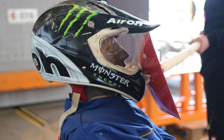 Welches Bruchmuster ergibt sich am Stiel einer Schaufel, wenn einem vorbeifahrenden Motorradfahrer gegen den Kopf geschlagen wird?