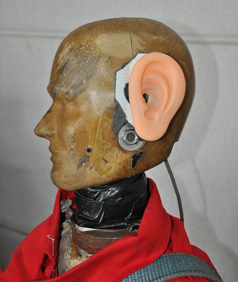 Überprüfung der Druckbelastung im Gehörgang bei einem Schlag auf das Ohr.