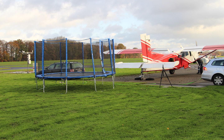 Standfestigkeit der Trampolinverankerung bei Sturm; simuliert durch die Propeller eines Flugzeugs.