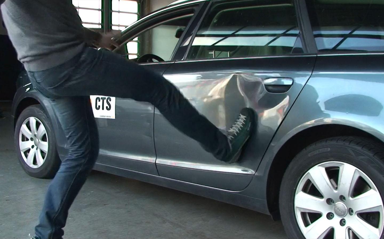Nachstellung der Fahrzeugbeschädigungen durch einen Fußtritt.