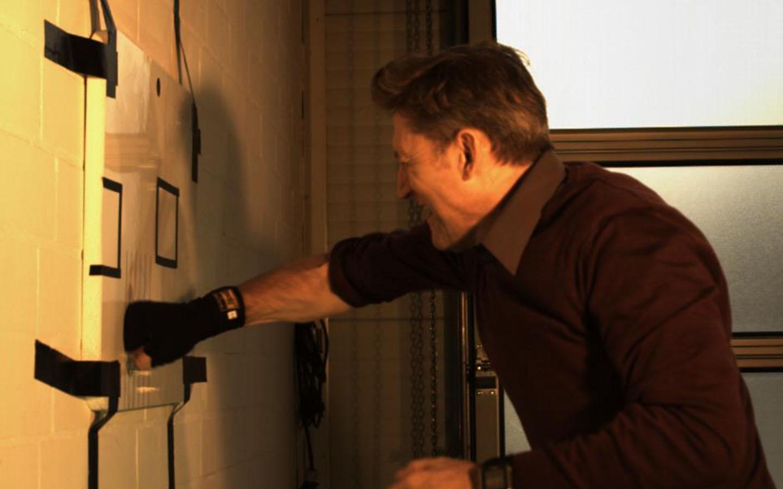 Kann mit einem Faustschlag eine Wohnmobilaußenwand beschädigt werden?