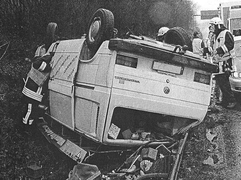 Schwerer Unfall eines Kleintransporters nach Bremsversagen auf der Autobahn