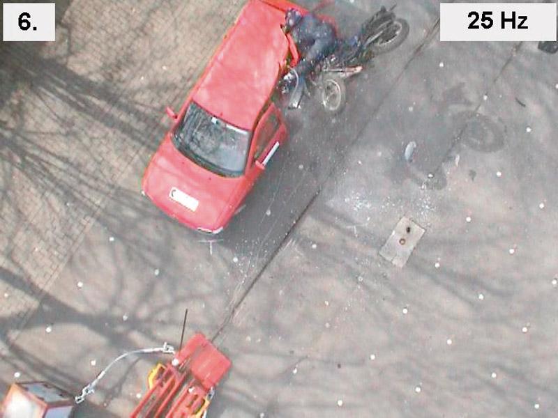Die Videosequenz einer nachgestellten Motorrad-Pkw-Kollision veranschaulicht das Bewegungsverhalten der Fahrzeuge und des Motorradfahrers während der Kollision