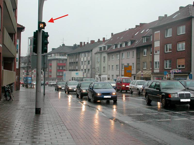 Der Rotlichtgeber zeigt an, dass das Rotlicht auf der abgewandten Seite geschaltet war