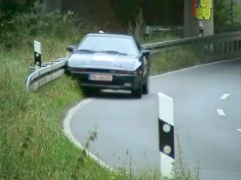 Crashtest-Videosequenz eines nachgestellten Pkw-Leitplankenanpralls während einer Kurvenfahrt