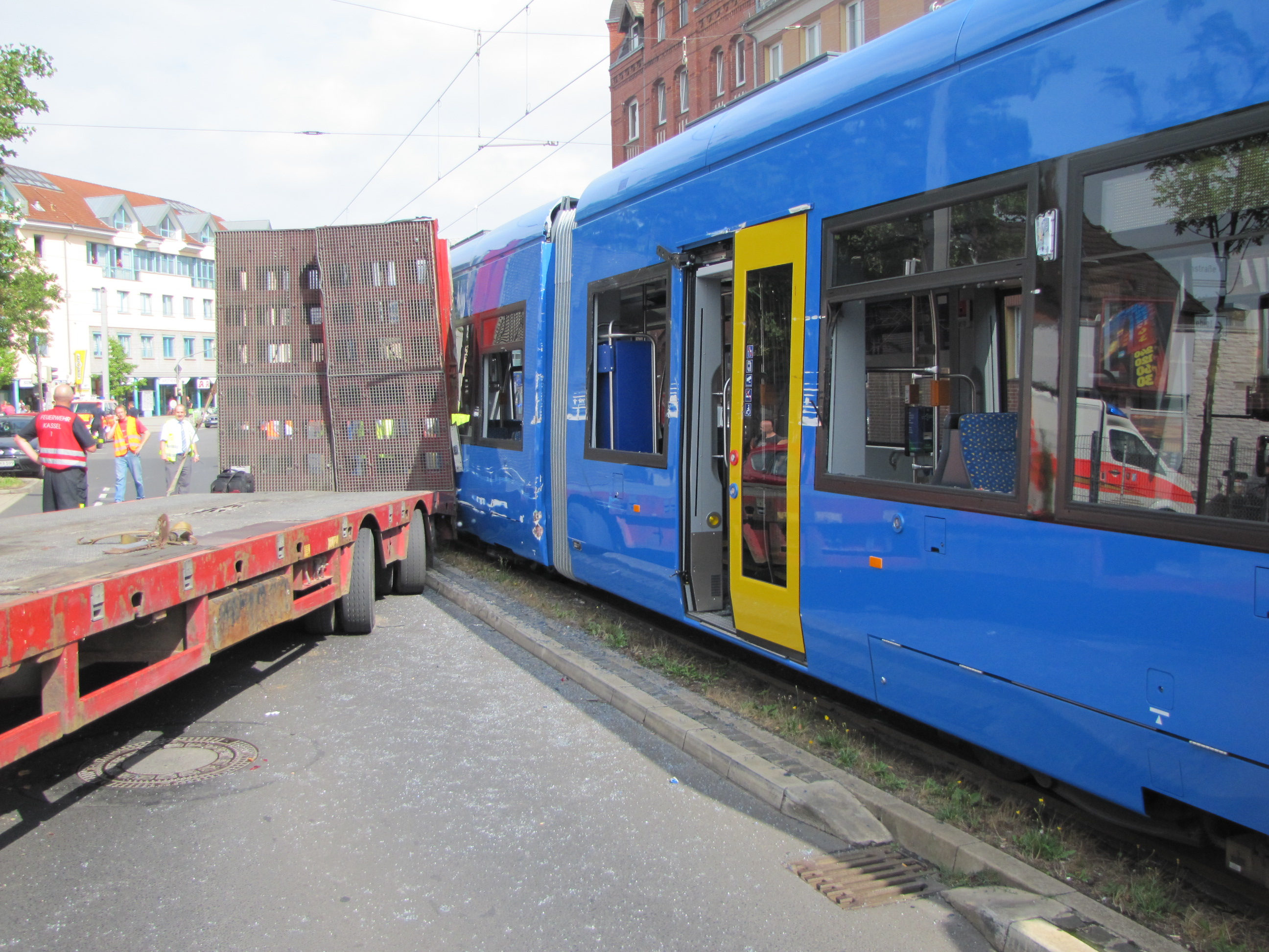 Lwk-Heck schwenkt beim Abbiegen aus und kollidiert mit vorbeifahrender Straßenbahn