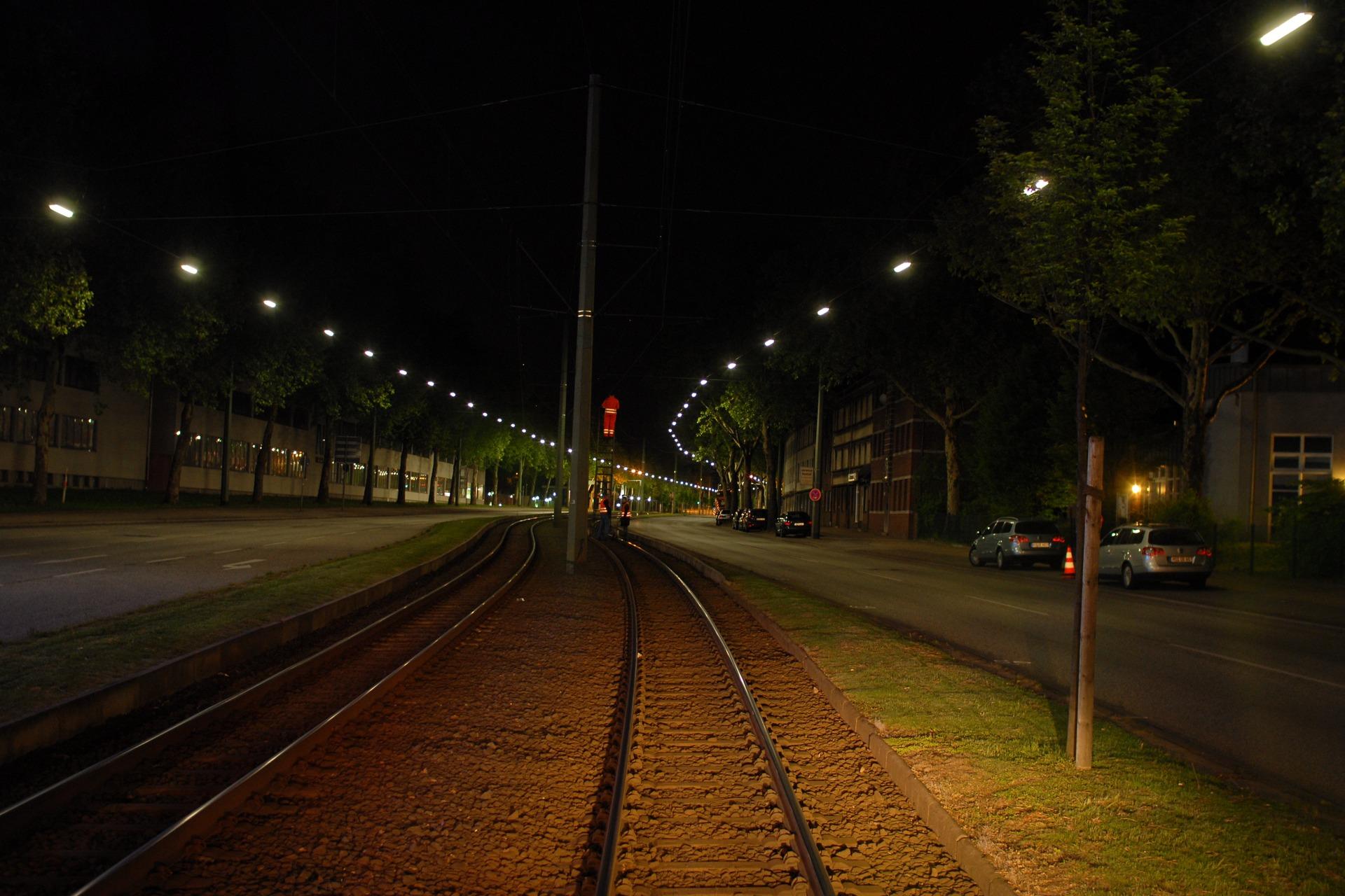 Sicht aus der Straßenbahn auf Bauarbeiter auf den Schienen