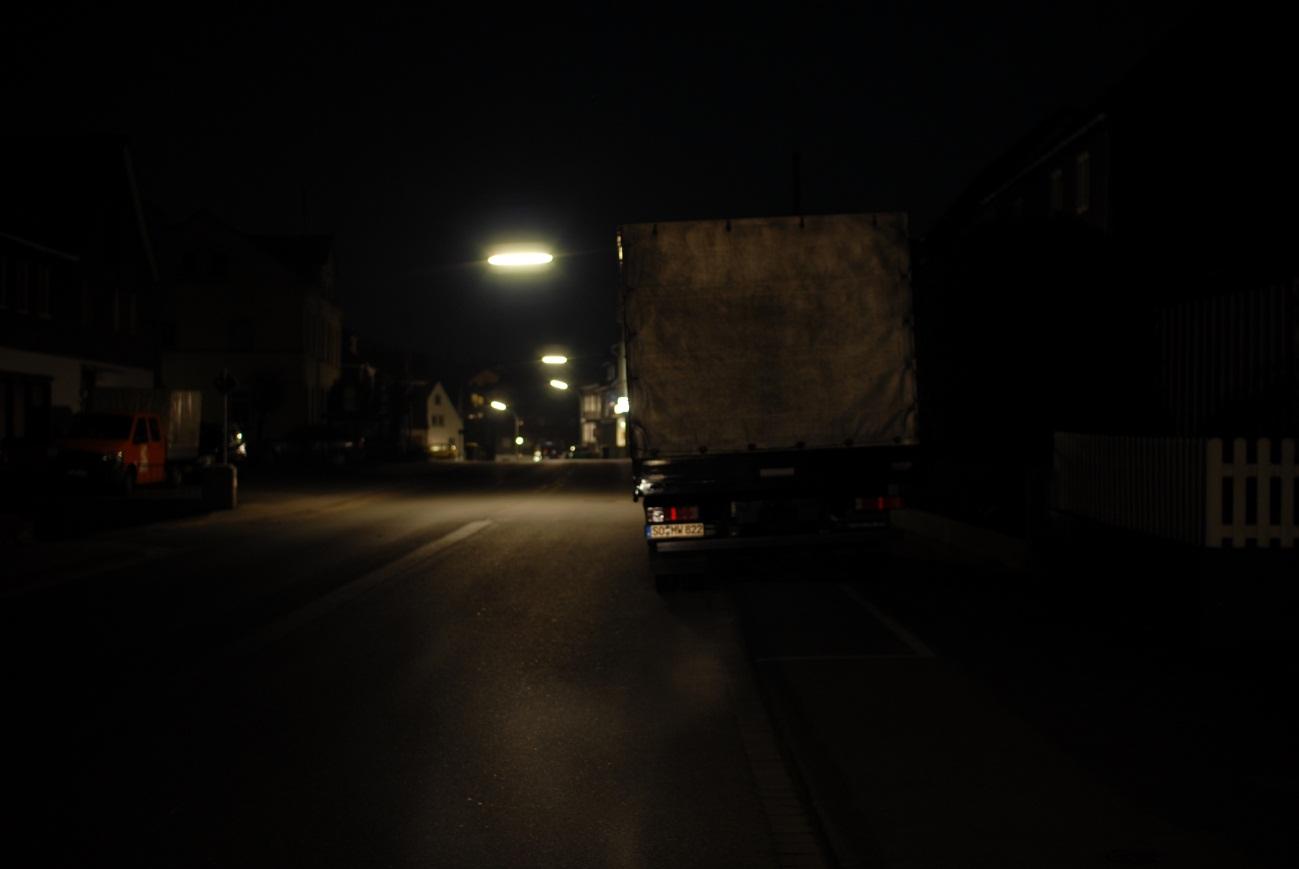 Sicht eines Fahrradfahrers auf einen teilweise auf dem Gehweg abgestellten Lkw