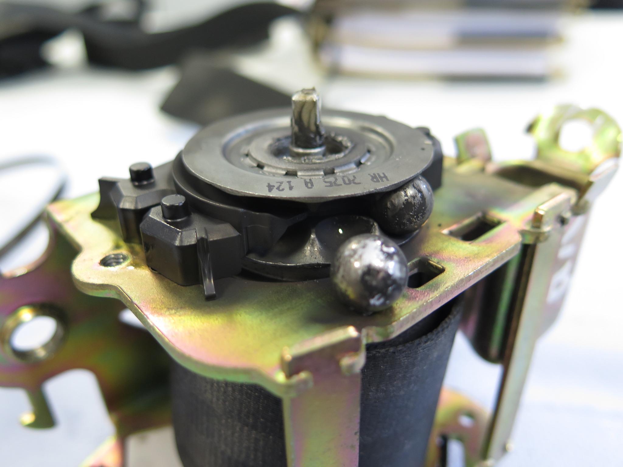 Zerlegen eines Gurtstraffersystems zur Überprüfung der Funktionsweise