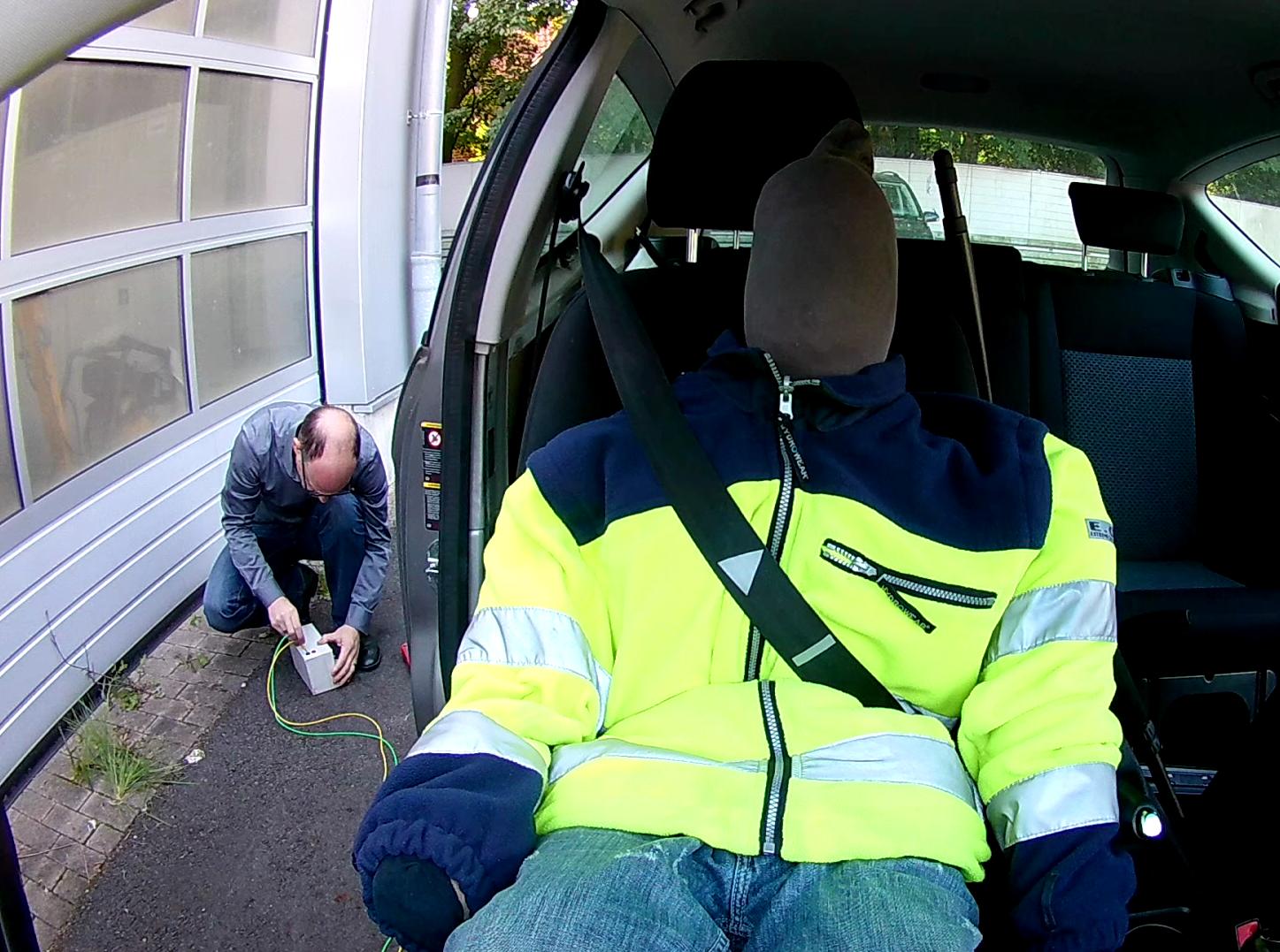 Manuelles Auslösen des Gurtstraffers in einem Vergleichsfahrzeug zur Untersuchung des Gurtverhaltensnach der Kollision